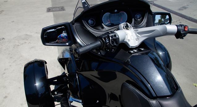 Kumandalar geniş gidonuyla motosiklet gibi olsa da, aşağıda bir otomobil ön takımı mevcut.